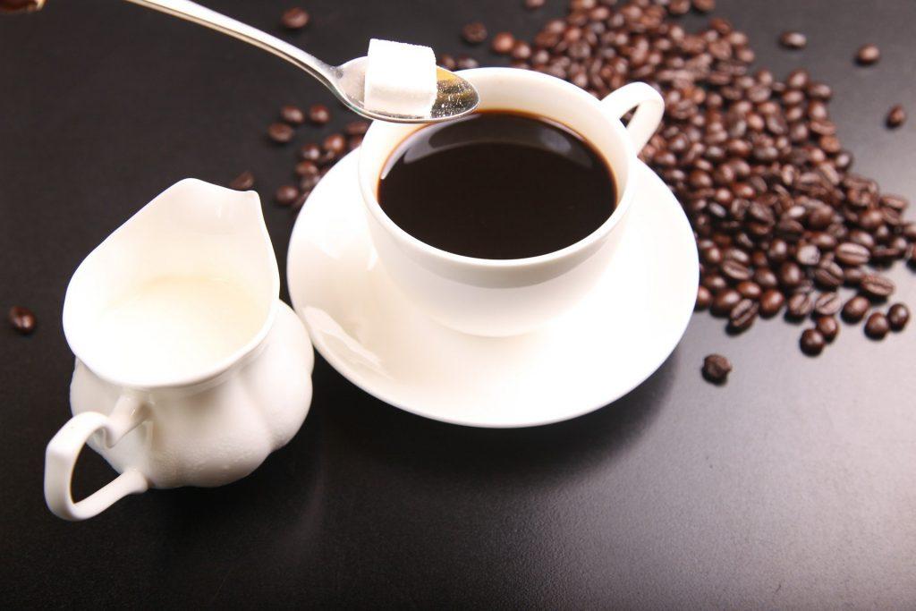 コーヒーに砂糖を入れて、筋トレすることで失われた糖質を補強する。